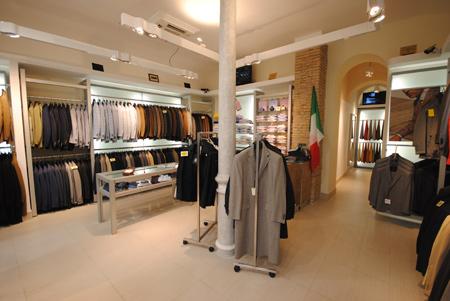 Progettazione e allestimento negozi roma centro vetrine gsn for Arredamenti roma sud